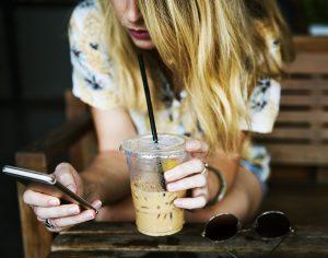 携帯見る女性