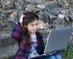 PC操作で困る女の子