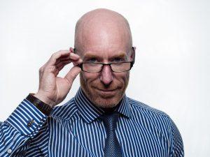 眼鏡をかけている外国人男性